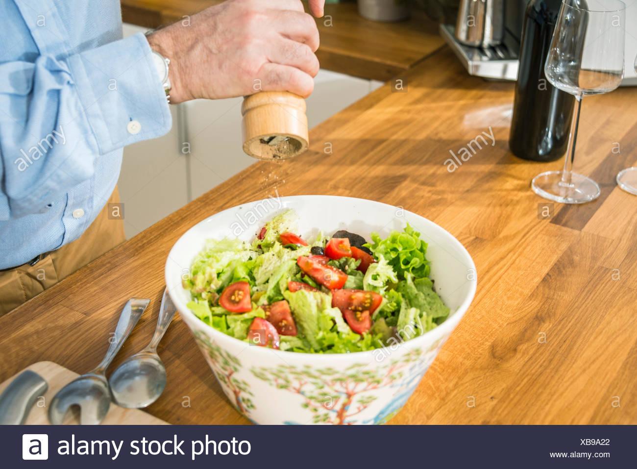 Person Gewürz Salat Stockbild