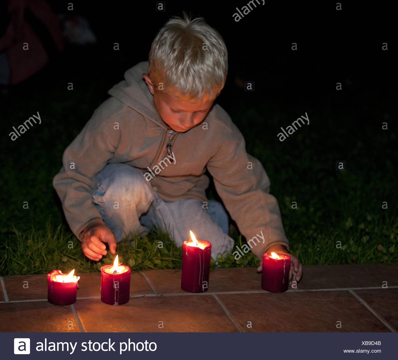 Kerzen Für Draußen.Ein Junge Spielt Mit Kerzen Abend Draußen Modell