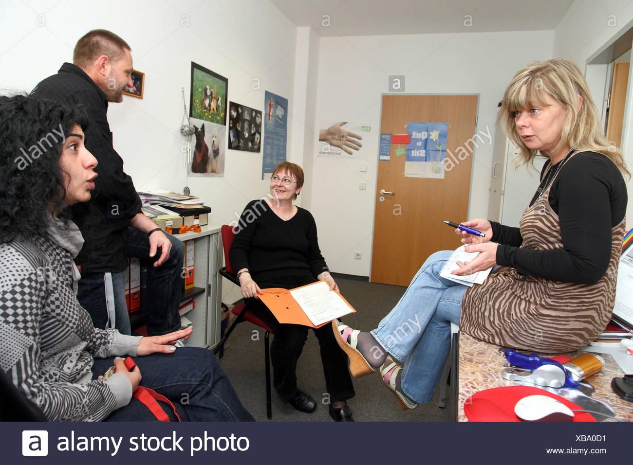 Berlin, Deutschland, Fallmanager bei der Job-Center, bei einem Treffen Stockbild