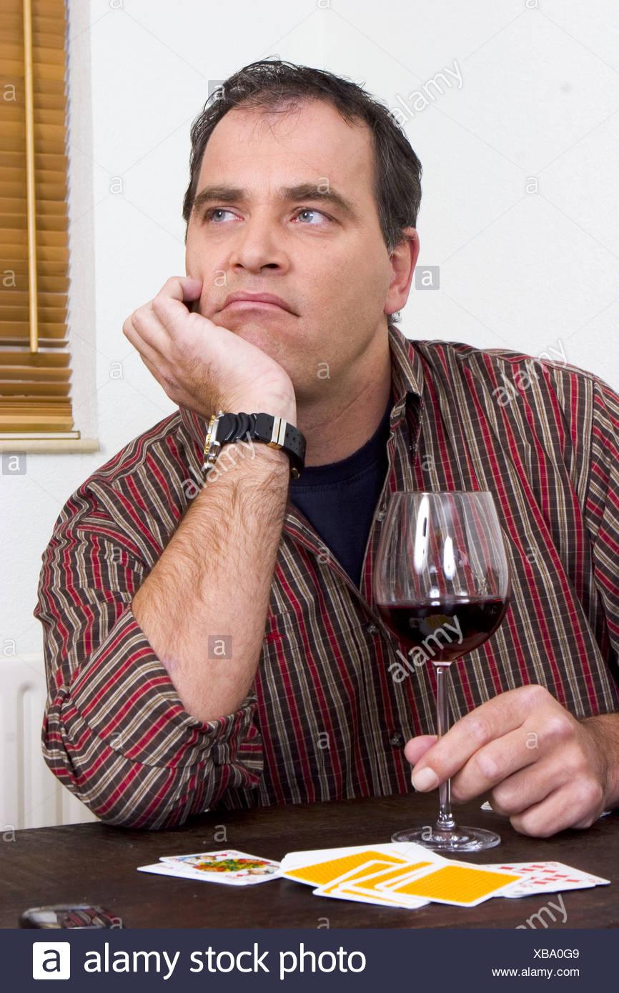 Männlicher Alkoholiker trinken allein zu Hause 40er Jahre Stockbild