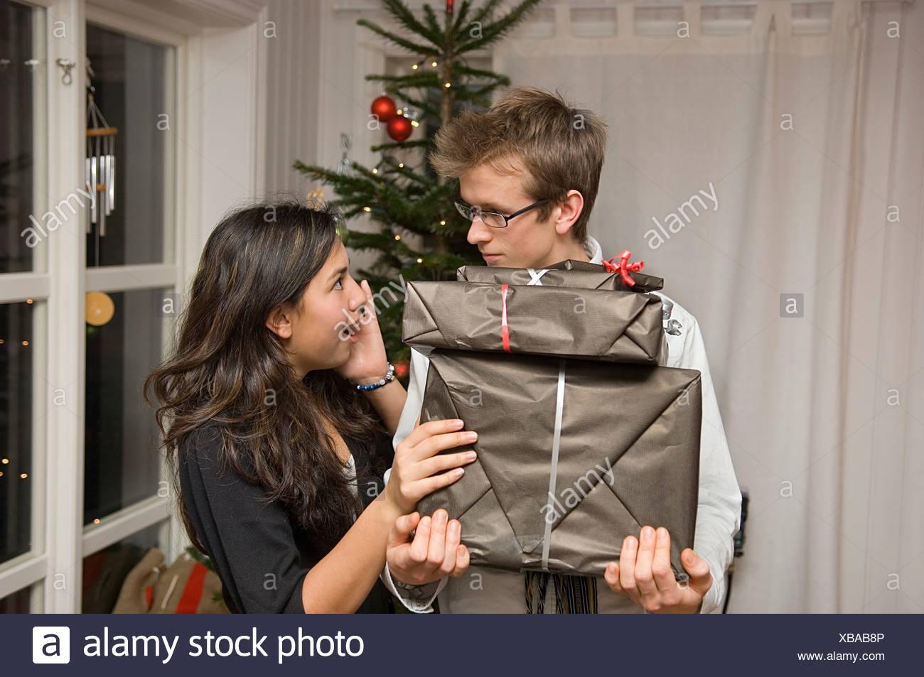 Schockiert Teenager-Mädchen ein Junge Weihnachtsgeschenke erhalten ...