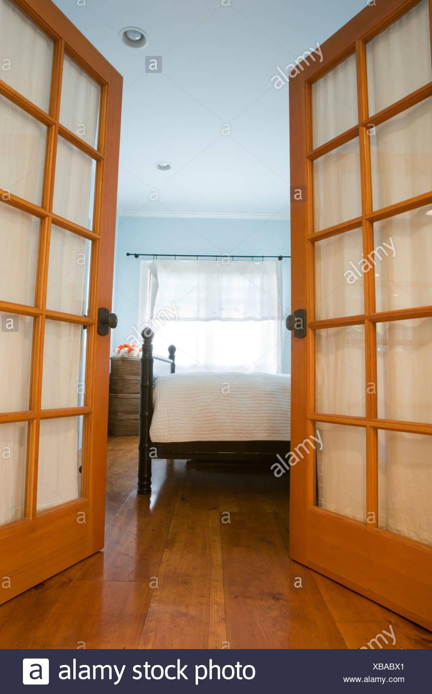 Französisch Türen offen für Schlafzimmer Stockfoto, Bild: 282355977 ...