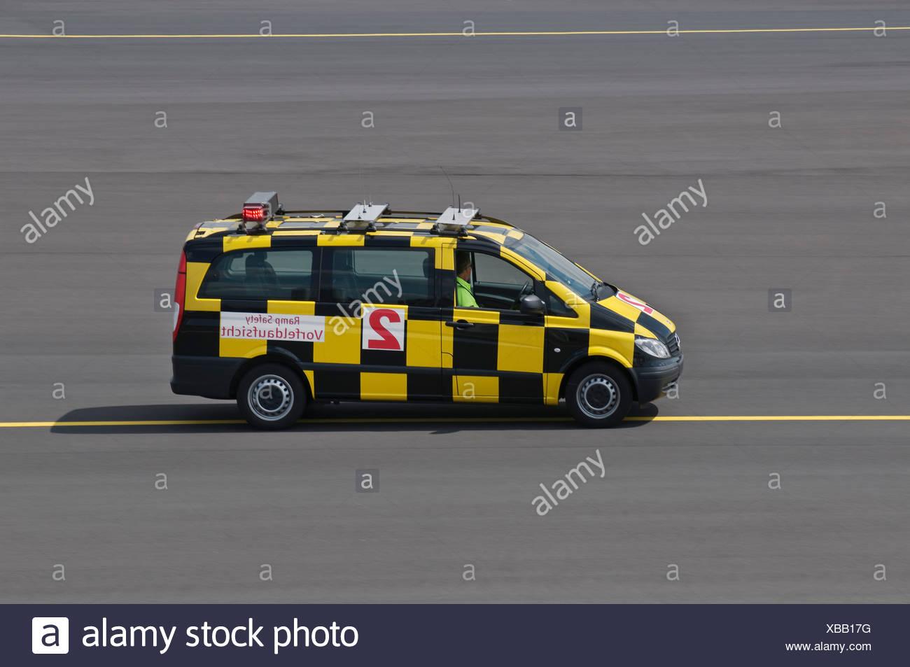 Fahrzeug von der Airport Authority, Flughafen Düsseldorf International, Düsseldorf, Nordrhein-Westfalen, Deutschland, Europa Stockbild
