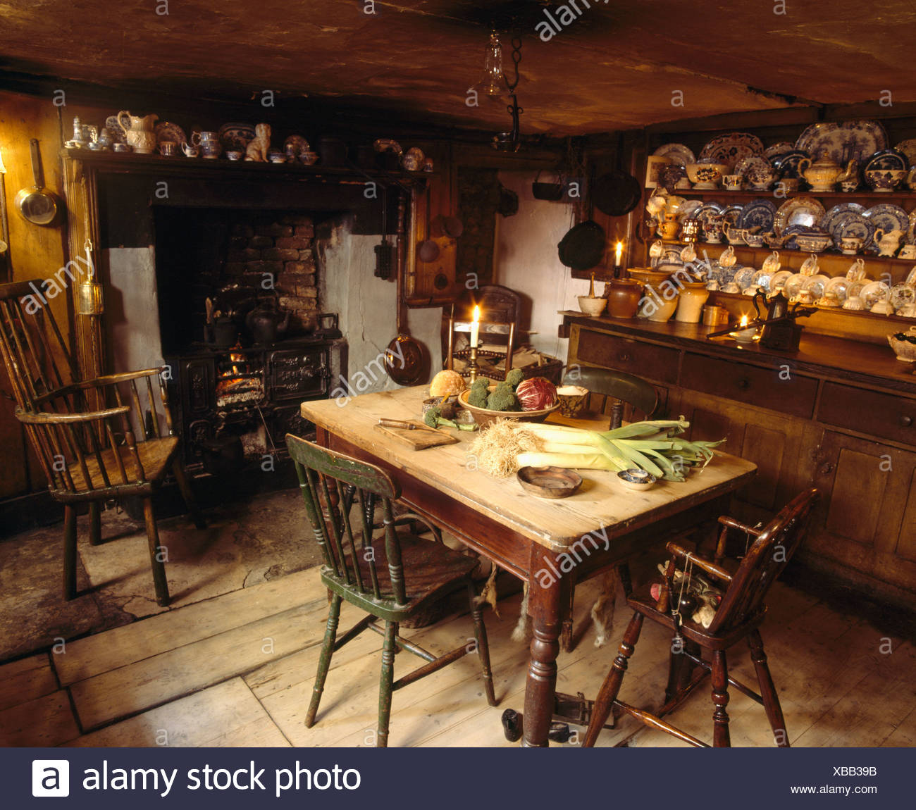 Alte Kiefern Tisch Und Kommode In Altmodischen Küche Esszimmer Mit