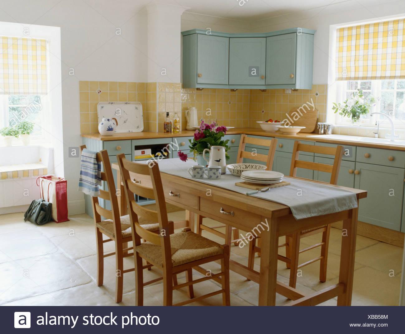 Fußbodenbelag Türkis ~ Holztisch und stühle im ferienhaus mit pastell türkis ausgestattet