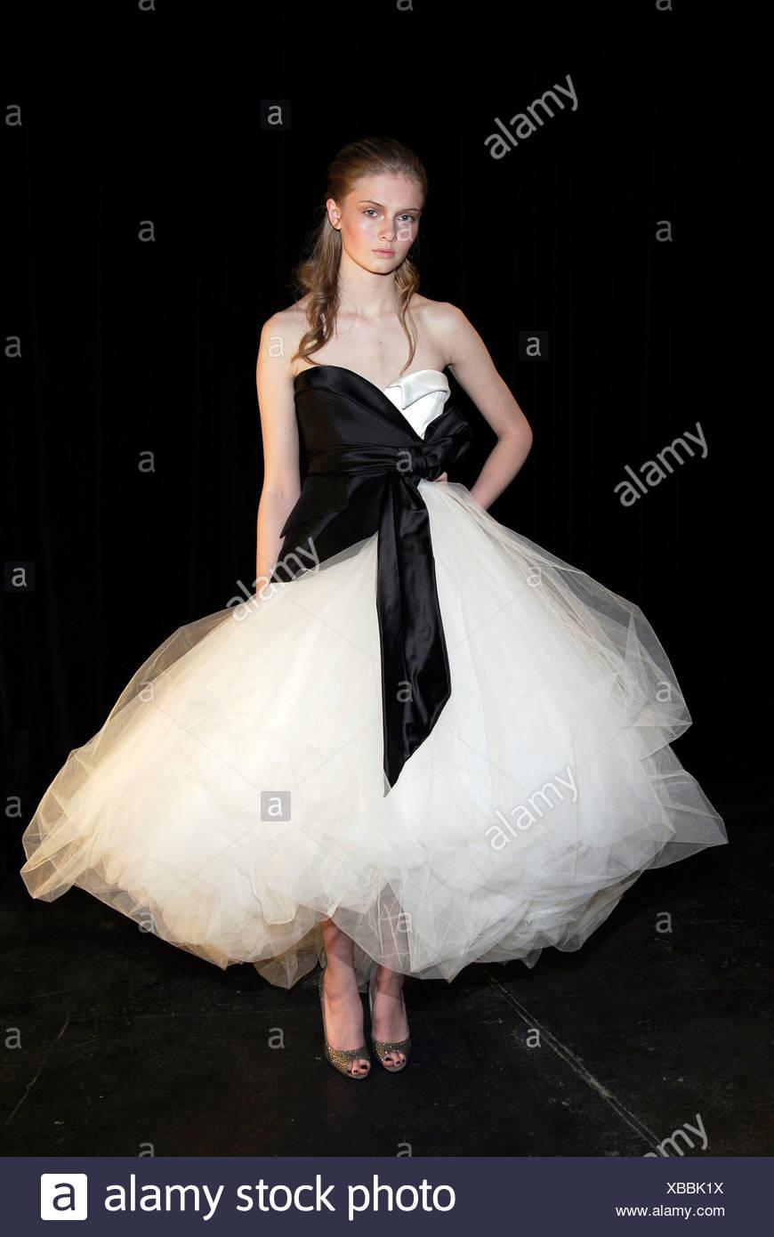 White Ball Gown Stockfotos & White Ball Gown Bilder - Alamy
