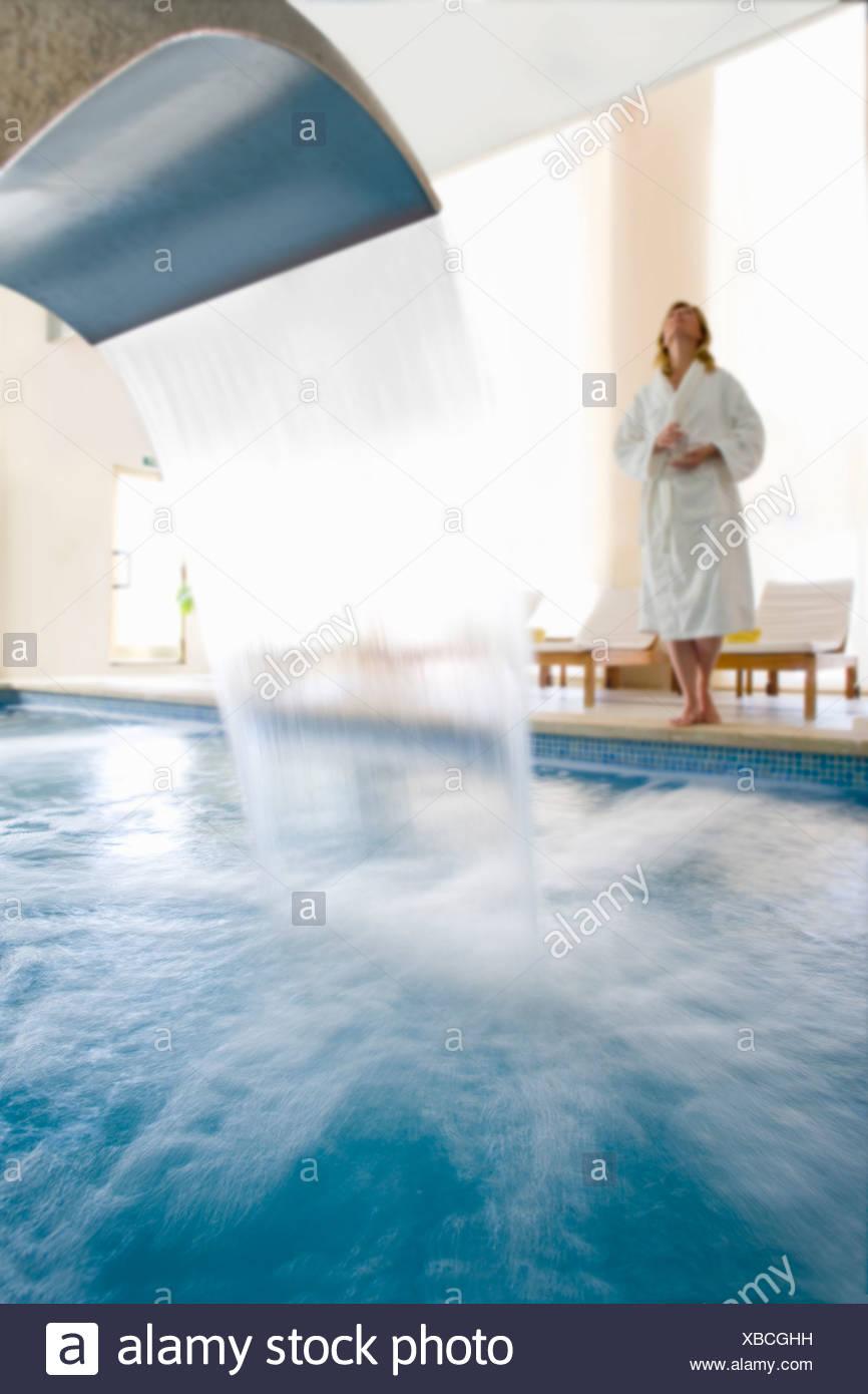 Frau Im Bademantel Stehen Am Rand Des Swimming Pool Mit Wasserfall