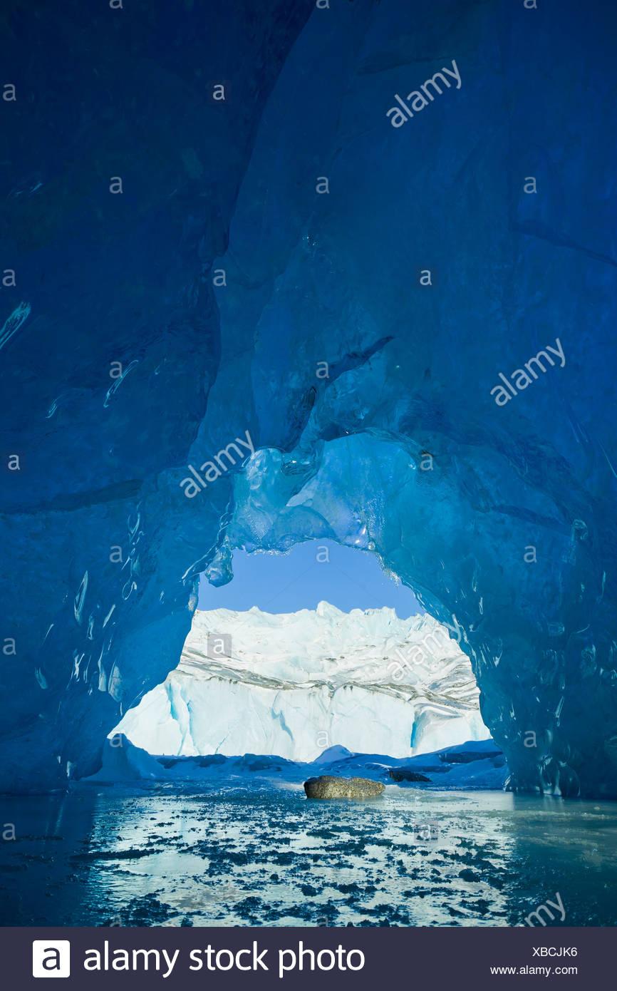 Blick von innen eine Eishöhle von einem Eisberg in Mendenhall Lake, Juneau, südöstlichen Alaska Winter eingefroren Stockfoto