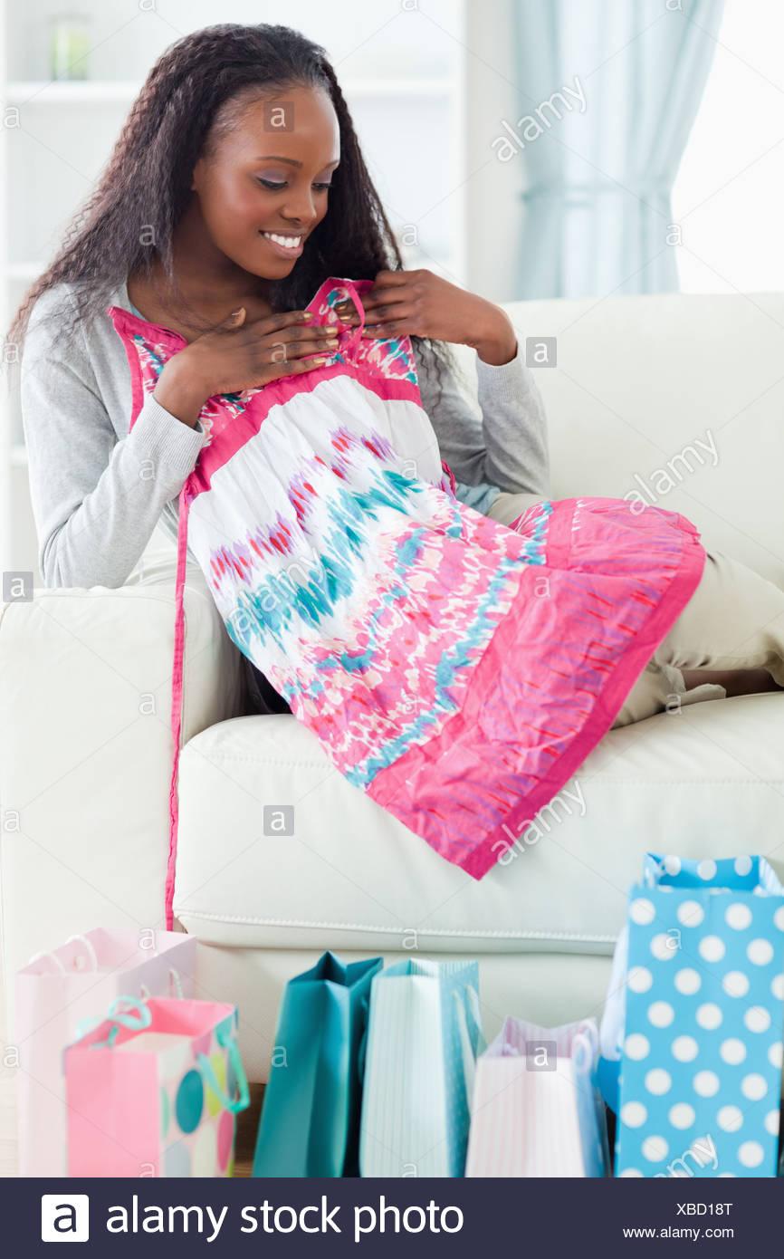 Nahaufnahme von Frau mit ihr Einkaufen auf sofa Stockbild