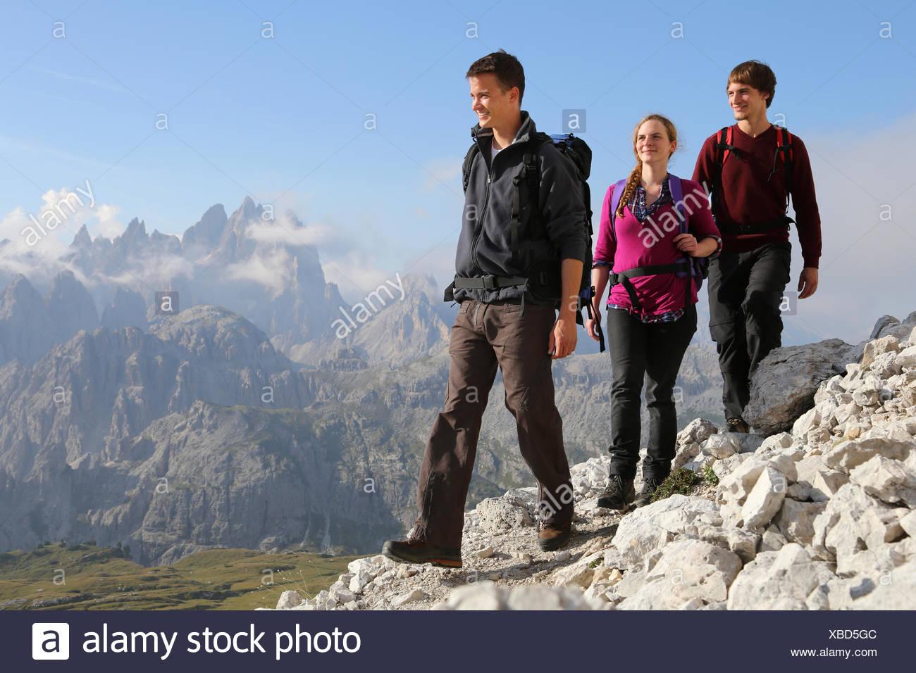 Jugendliche-Wandern in Den Bergen Stockbild