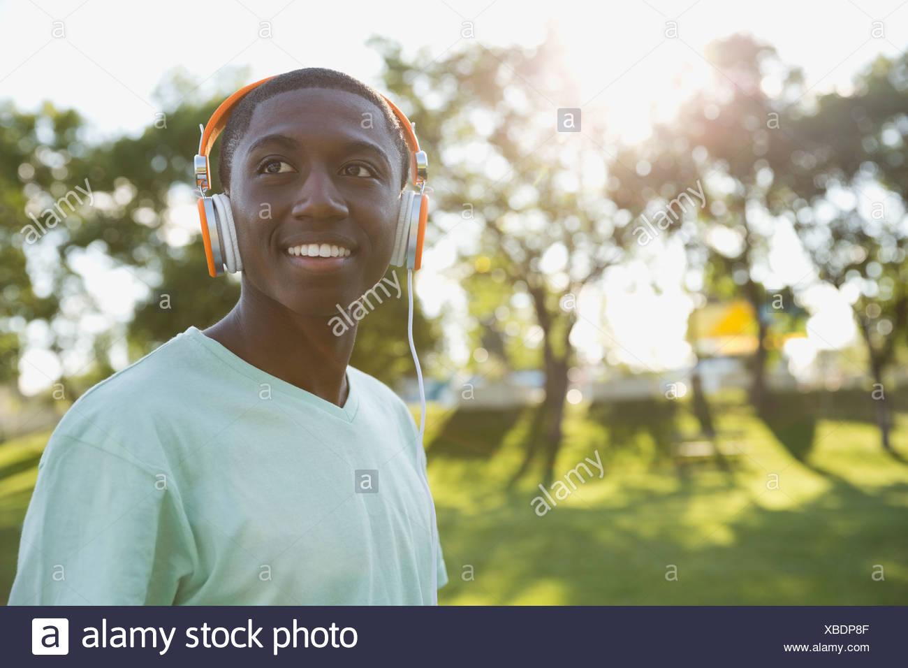 Lächelnde Teenager mit Kopfhörer auf Stockbild