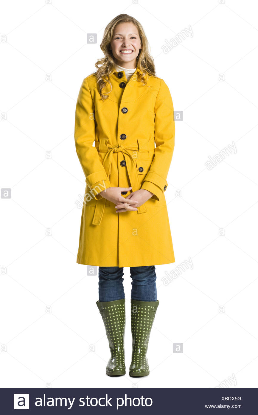 Junge Frau im Regenmantel. Stockbild