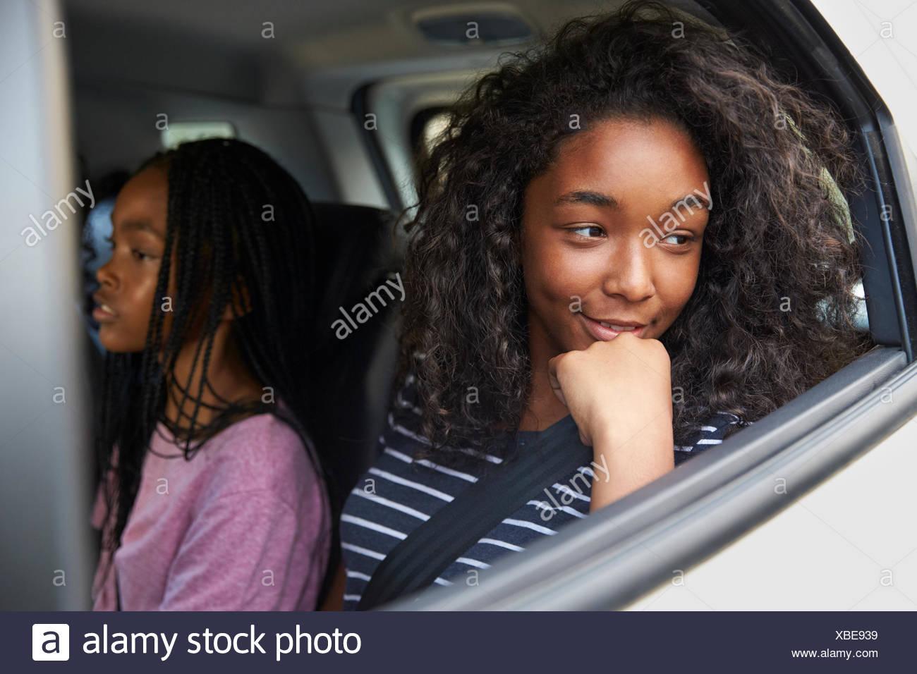 Familie mit jugendlichen Kindern im Auto auf der Straße Reise Stockbild