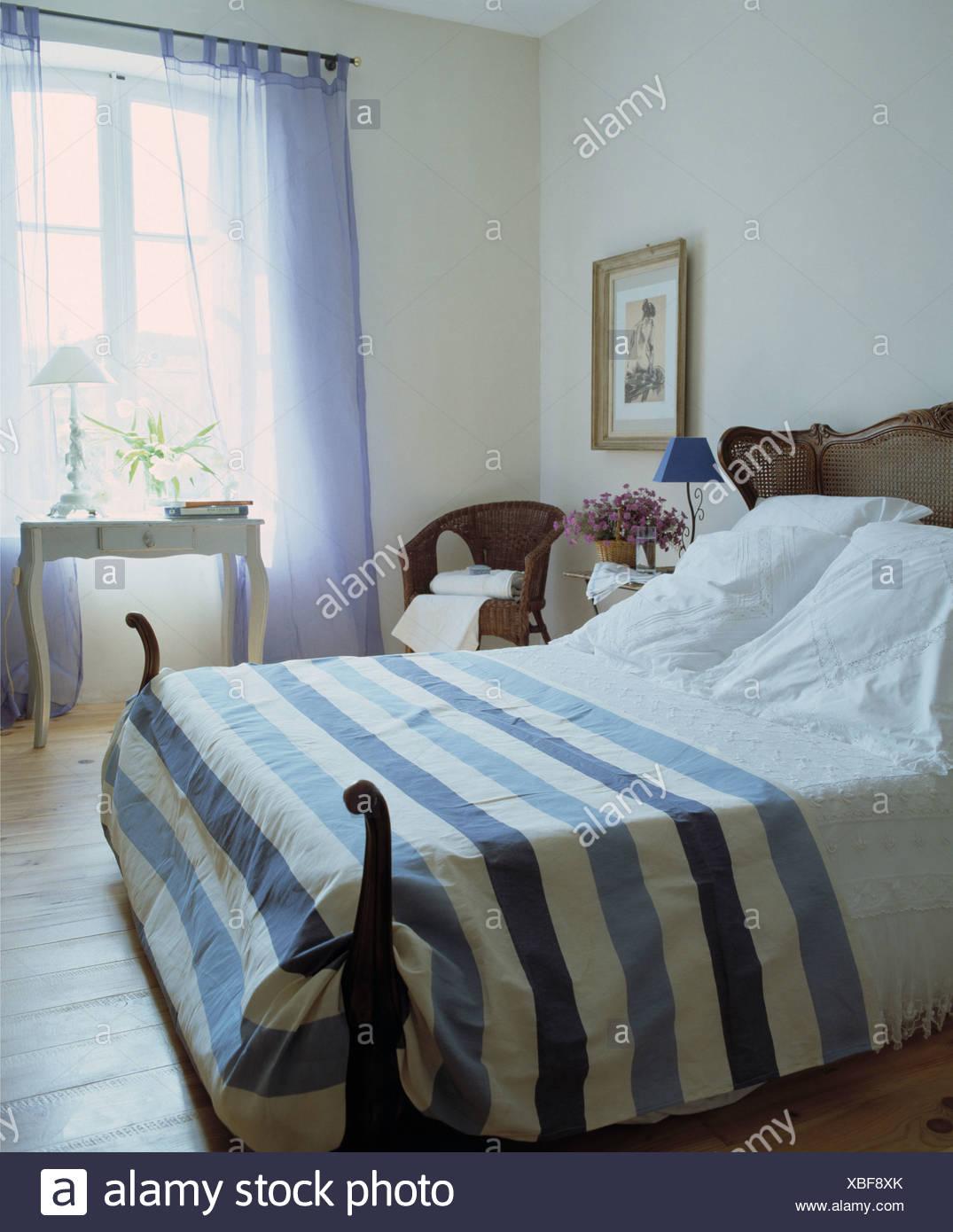 Blau + weiß gestreiften Bettdecke und Kissen auf antikes Bett im ...