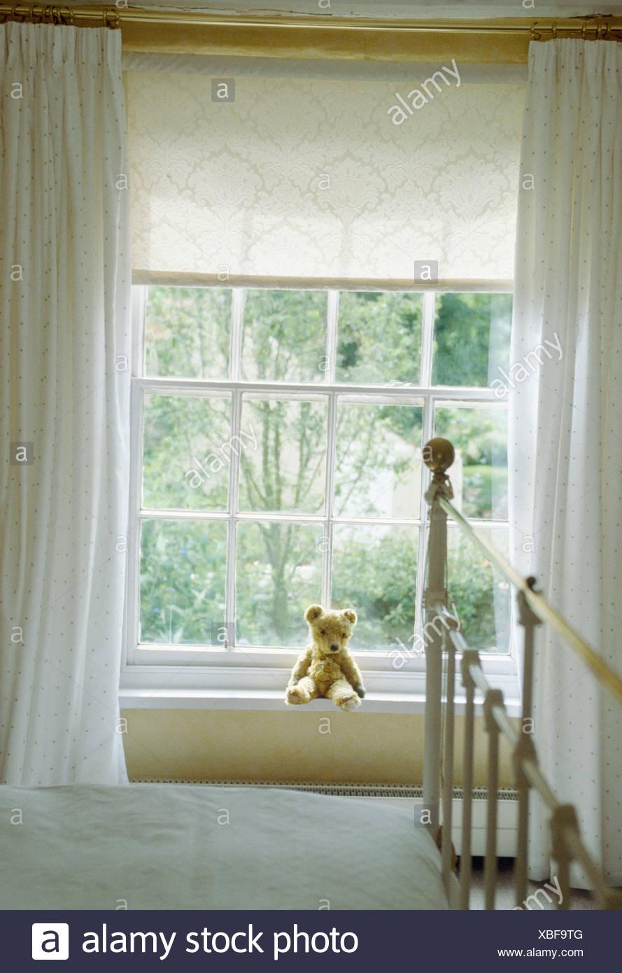 Weisse Vorhange Und Sahne Blind Auf Fenster Mit Fensterbrett In Weissen Land Schlafzimmer Mit Messing Bett Stockfotografie Alamy