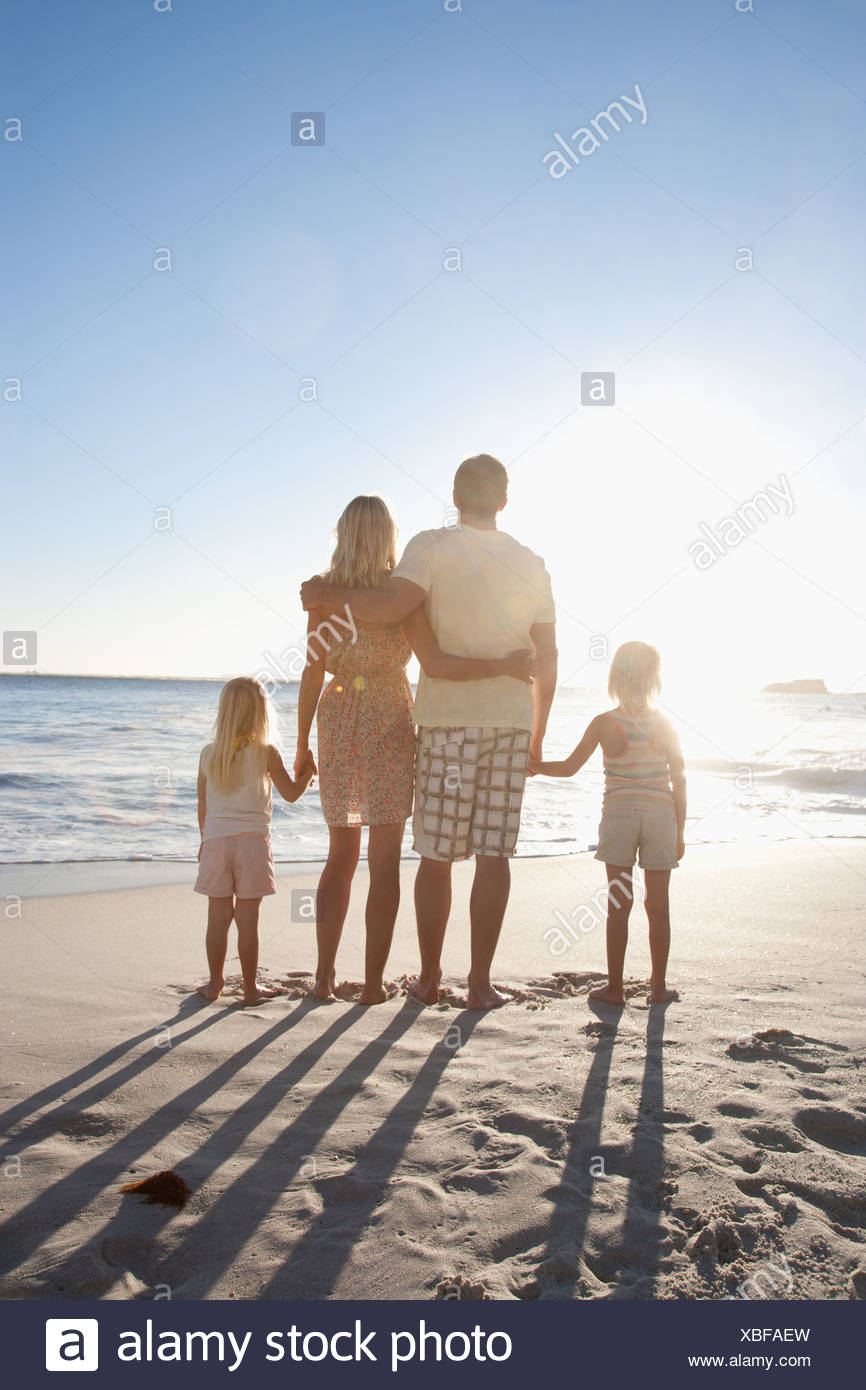 Familie am Strand Hand in Hand Stockbild