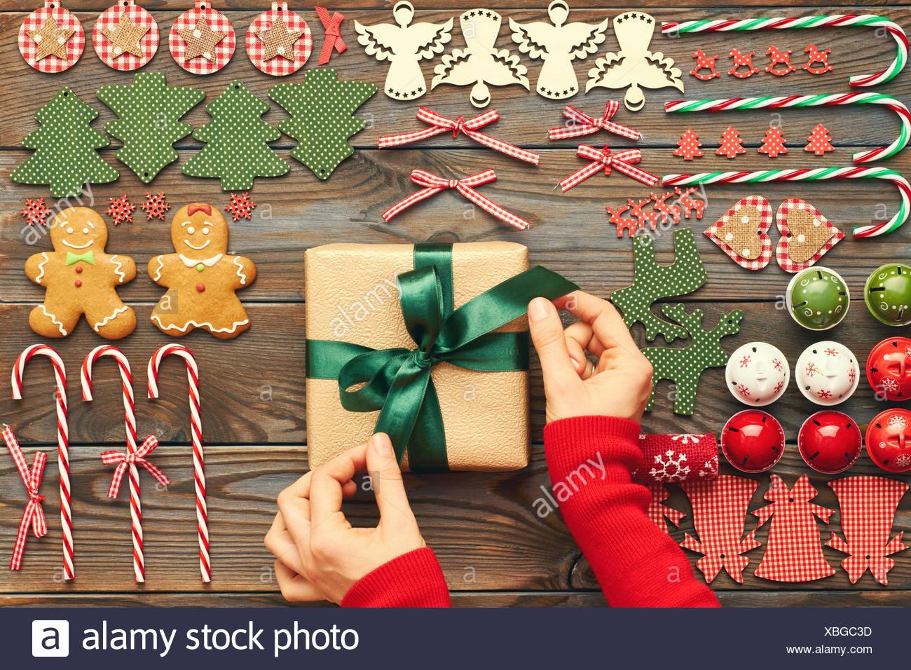 Weibliche Hände über Weihnachtsgeschenk Stockfoto, Bild: 282487841 ...