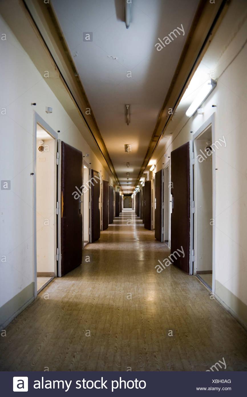 Flur im Verhör-Trakt im neu gebauten Trakt der ehemaligen geheimen Untersuchungshaft Gefängnis Berlin-Hohenschönhausen memoria Stockbild