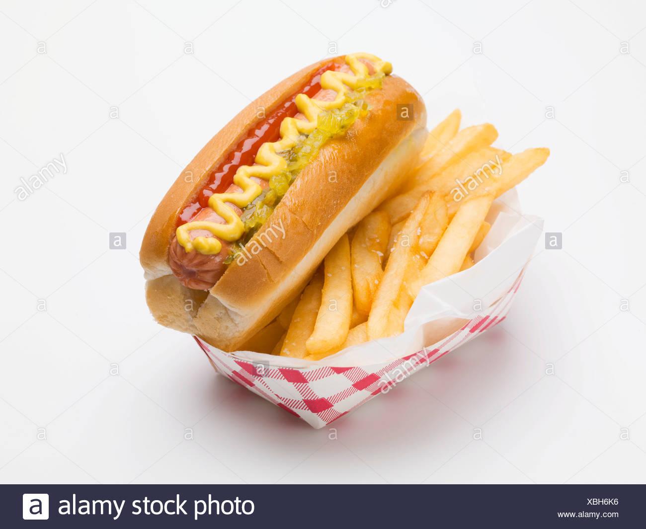 einen hot dog mit pommes in einer papier schale fastfood. Black Bedroom Furniture Sets. Home Design Ideas