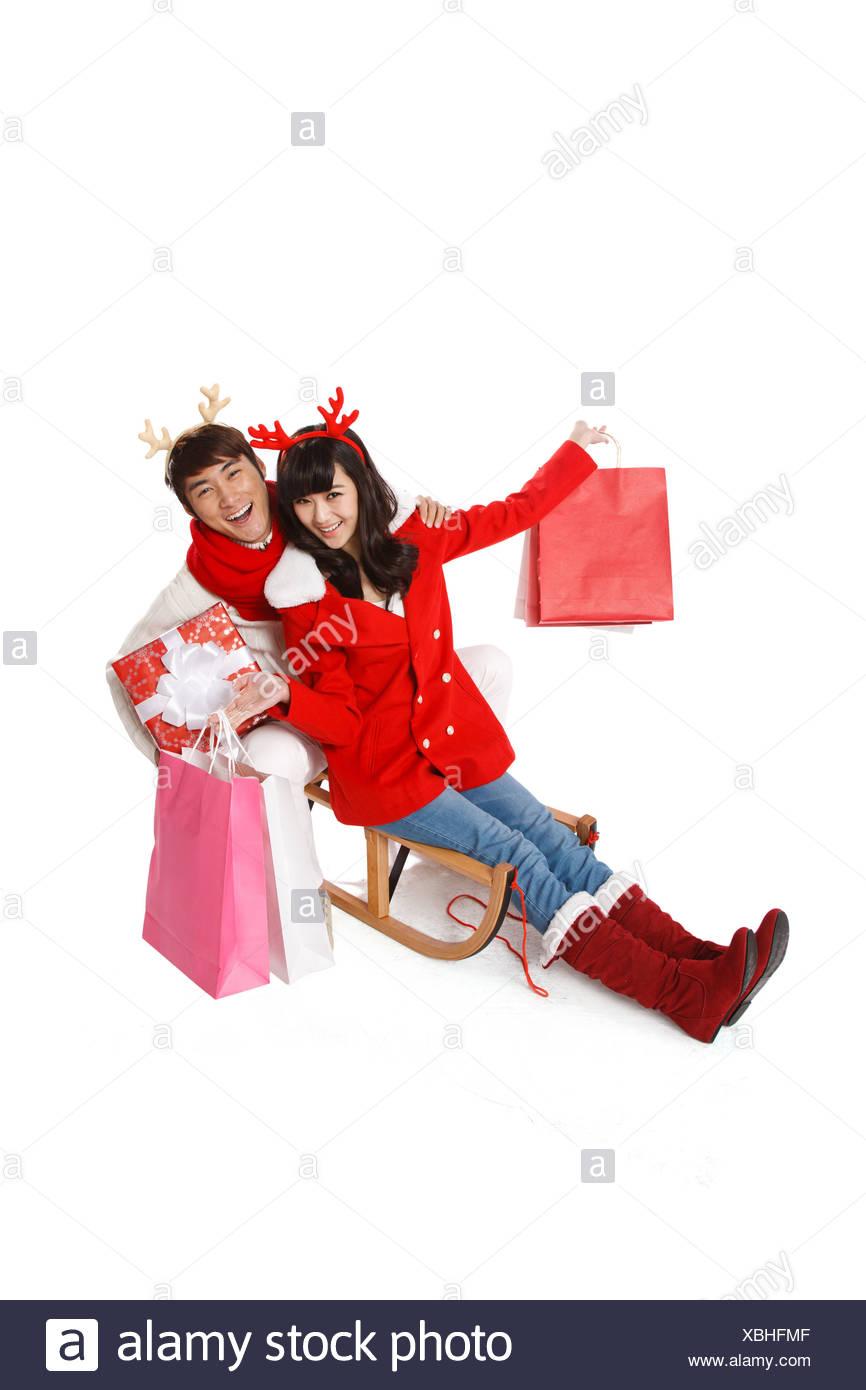 Junges Paar halten Weihnachtsgeschenke Stockfoto, Bild: 282512623 ...