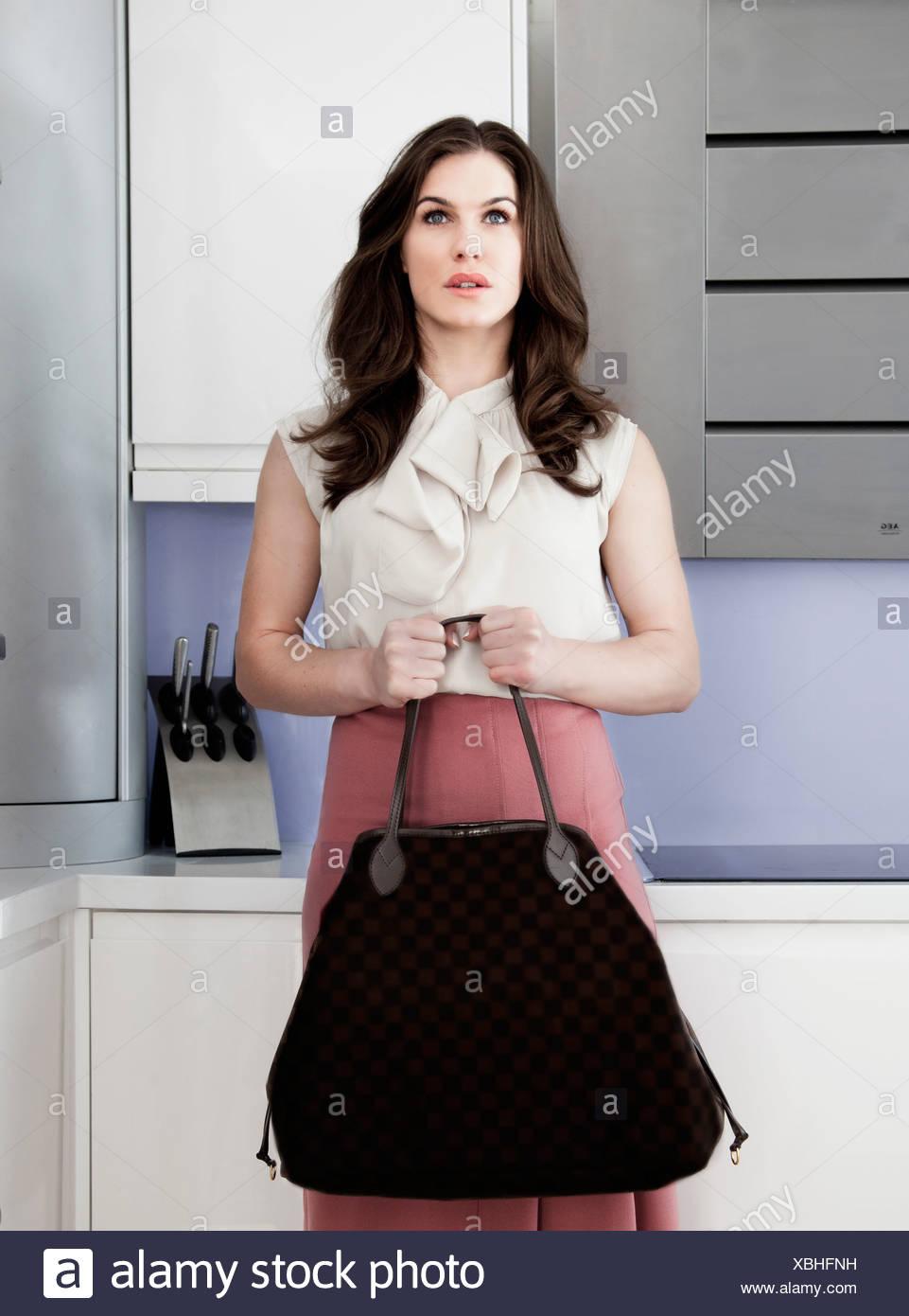 Porträt der jungen Frau mit Handtasche mit leeren Ausdruck Stockbild