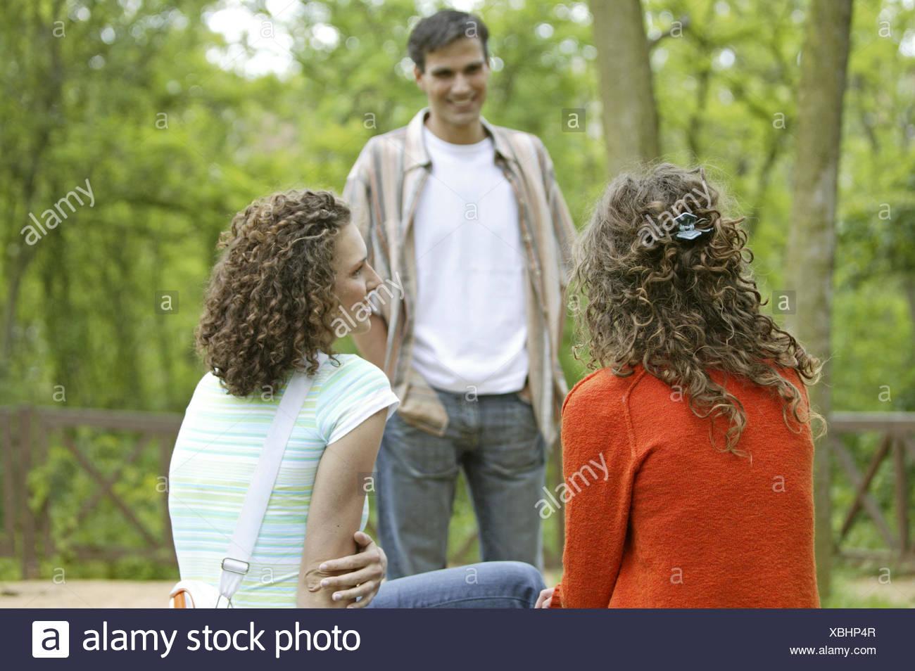 Frauen Jung Zwei Flirten Mann Sommer Schauen Nach Bewundern