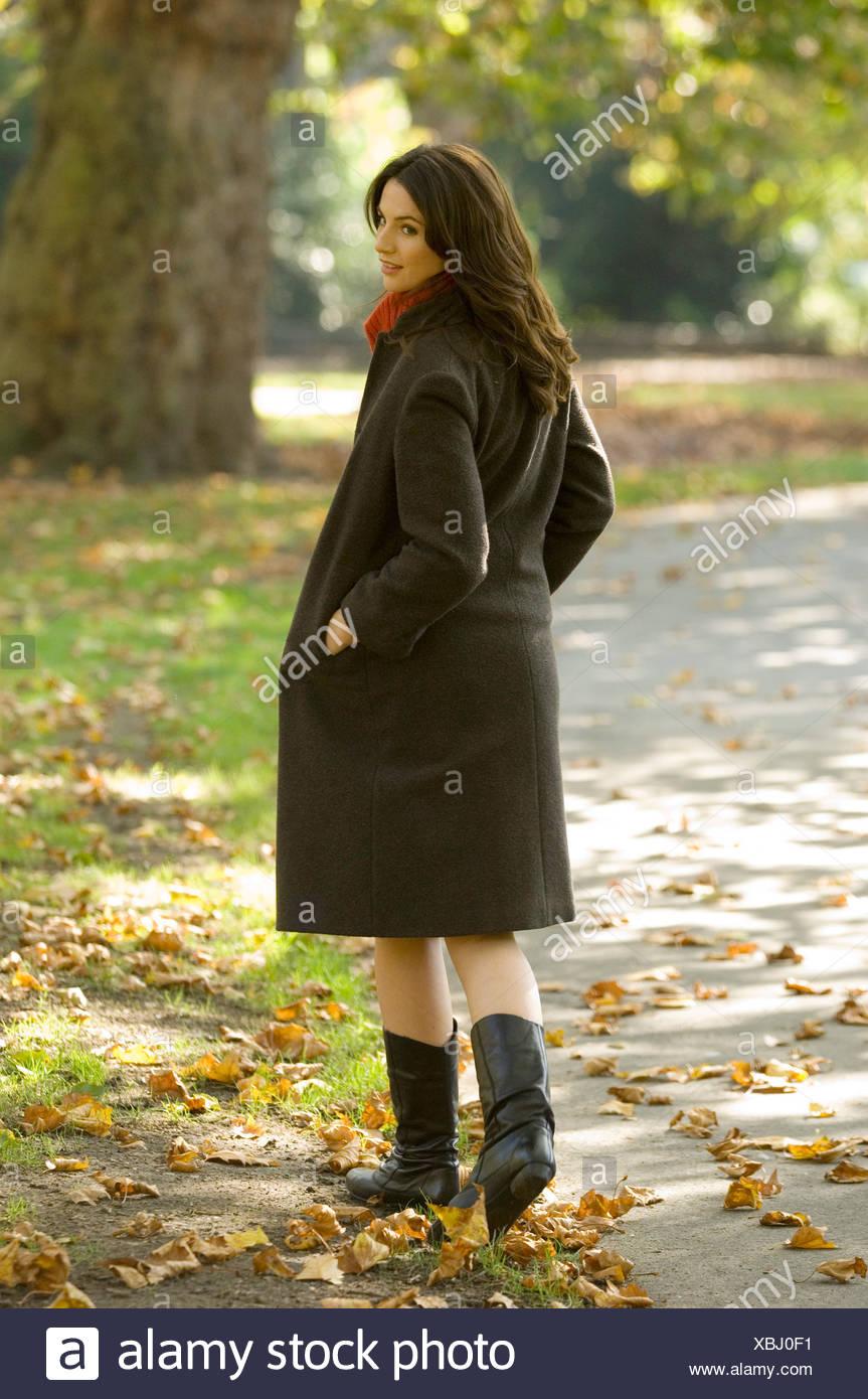 Frauen tragen Beige Rock, rote Rollkragen Pullover, braunen
