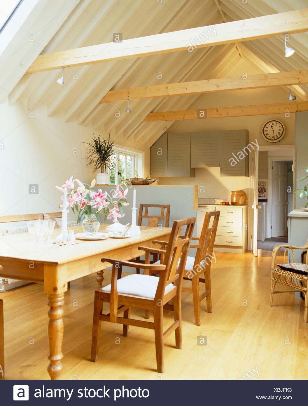 Holzstühle und Tisch Kiefer in traditionelle Küche im kleinen