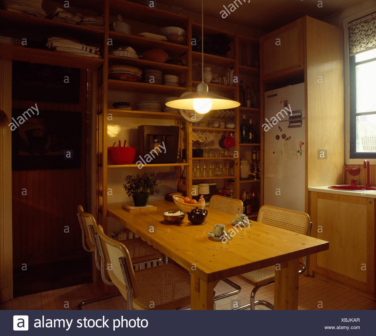 Lampe über Holztisch im 70er Jahre Küche Stockfoto, Bild ...
