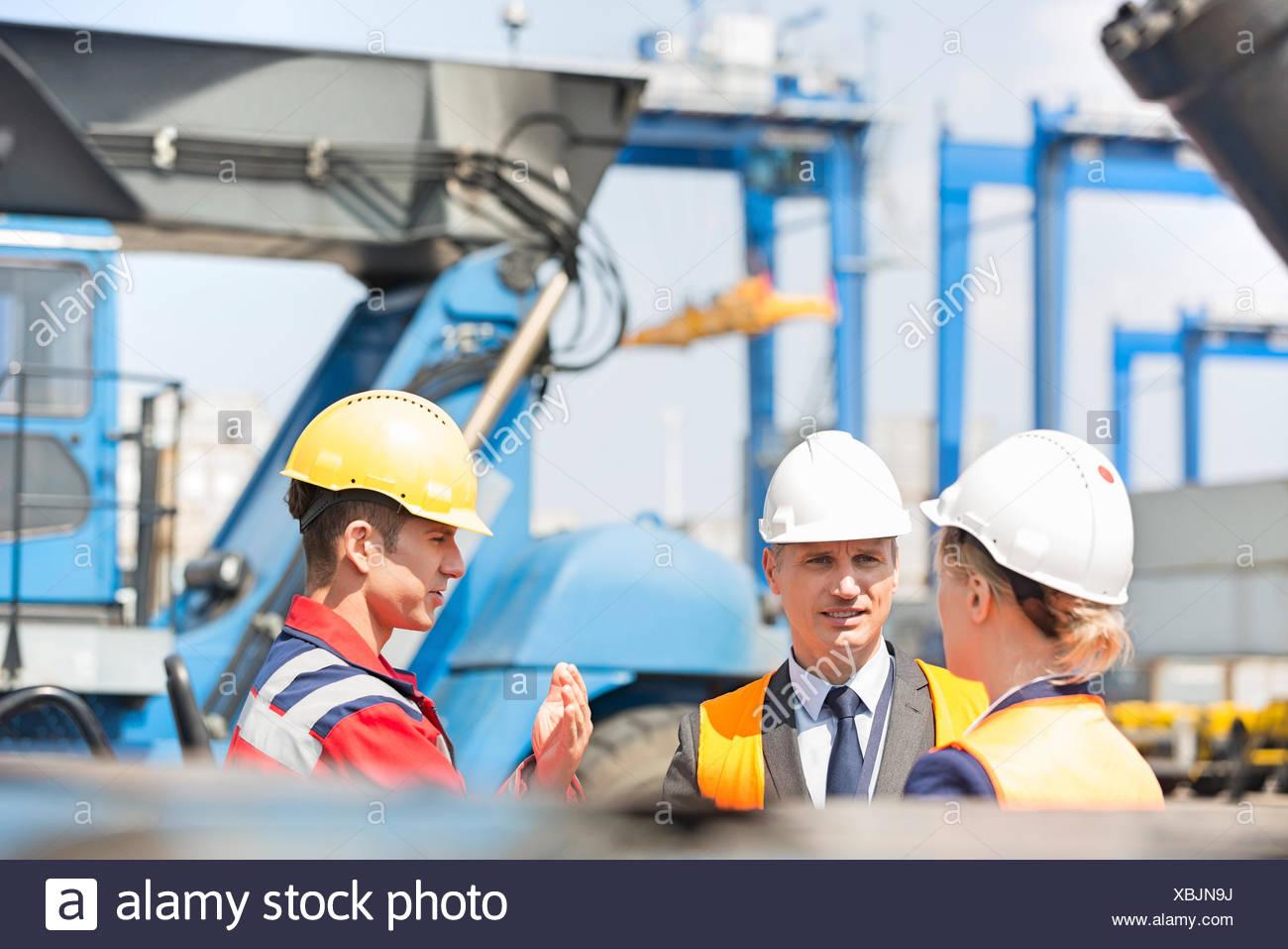 Arbeitnehmer im Frachthafen diskutieren Stockfoto