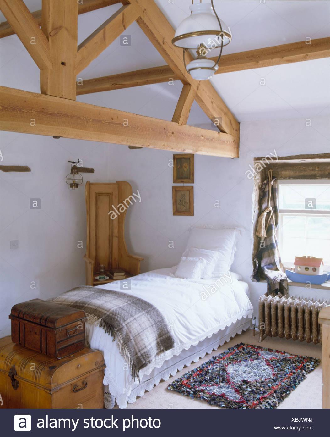 Hölzerne Spitze Balken im Land Loft Conversion Schlafzimmer mit