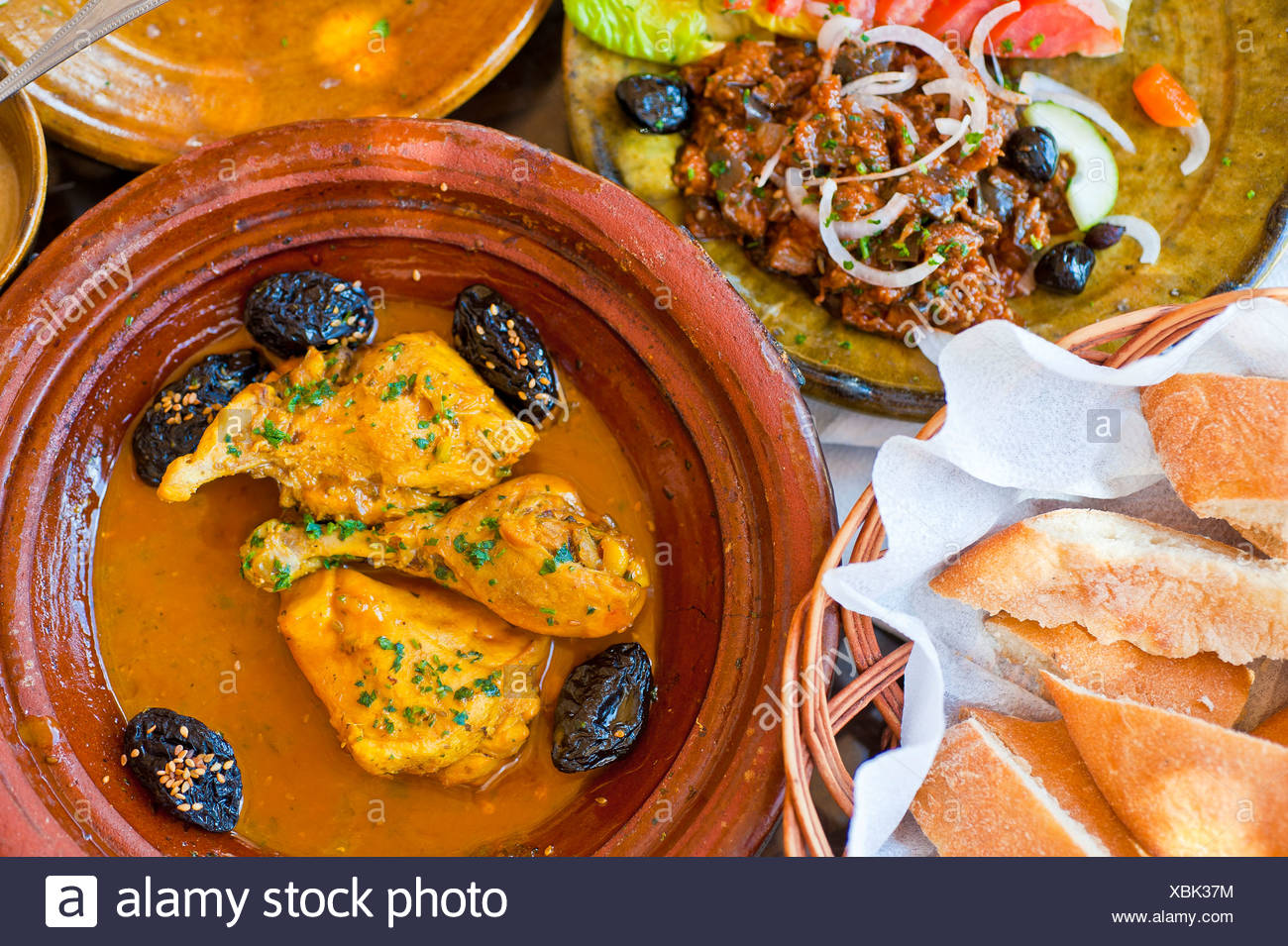 Merveilleux Traditionelle Marokkanische Küche, Essen, Tajine, Tajine Oder Tajin Mit  Huhn Und Backpflaumen, Marokko, Afrika