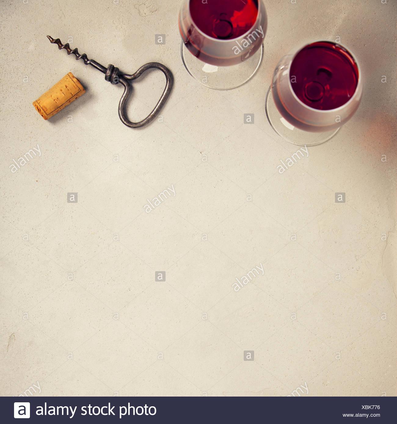 Wein über grauer Beton Hintergrund. nach oben anzeigen, kopieren Raum Stockbild