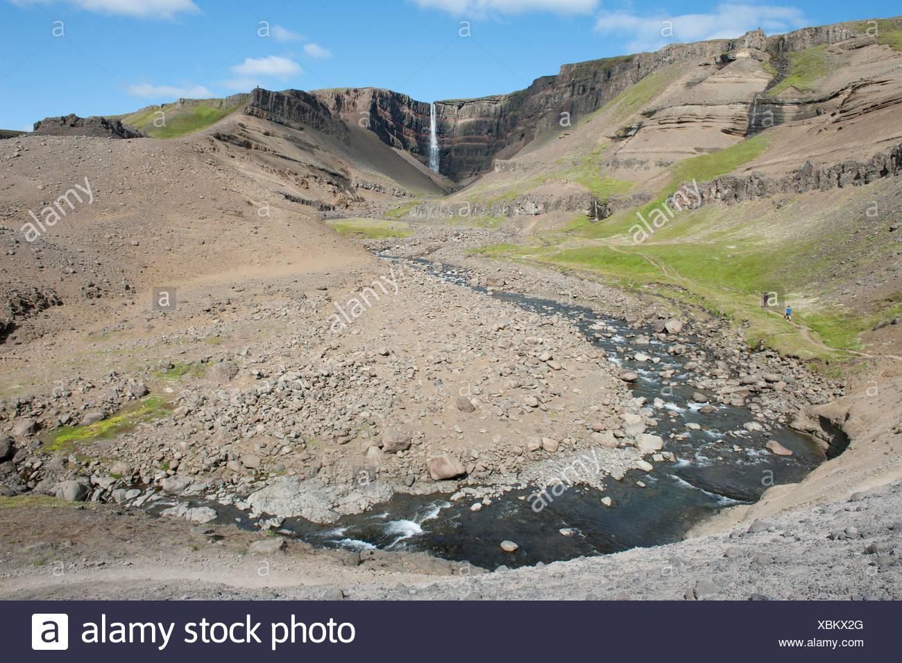 Zerklüftete Landschaft, Stream, Hengifoss Wasserfall in der Nähe von Egilsstaðir, Island, Skandinavien, Nordeuropa, Europa Stockbild
