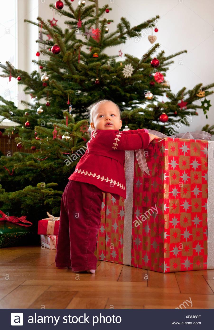 Babymädchen mit große Weihnachtsgeschenk Stockfoto, Bild: 282572655 ...