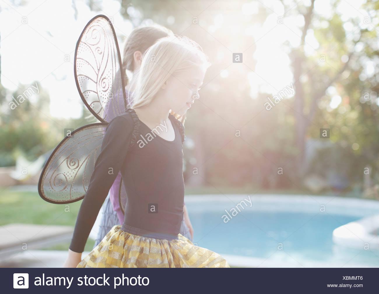 8-9 Jahre, hinterleuchtete, Kalifornien, Freizeitkleidung, kaukasischen, Kindheit, Farbbild, Kostüm, Tag, häusliches Leben, elementare Stockbild