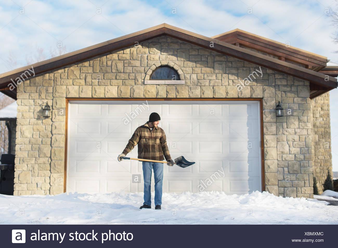 Mann Schaufeln Schnee, Youngs Point, Ontario, Kanada Stockbild