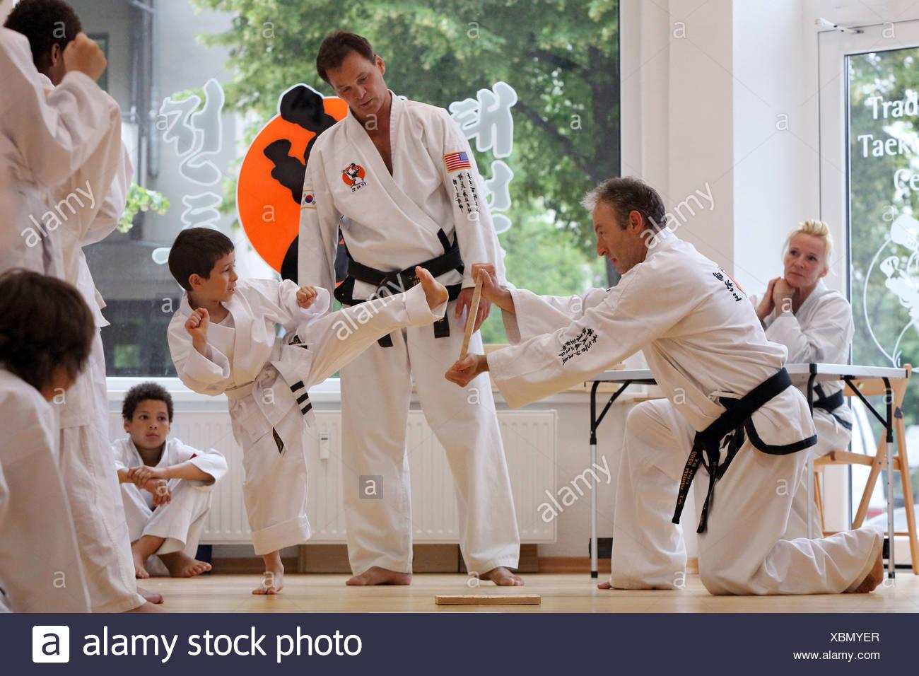 Berlin, Deutschland, Young einen Bruchteil Test bei Taekwondo abgeschlossen Stockbild