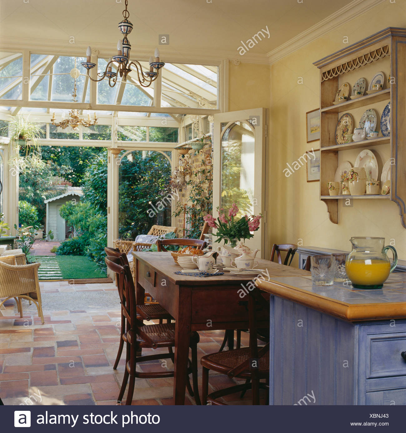 Einfachen Holztisch und Stühle im Land Küche Esszimmer mit ...