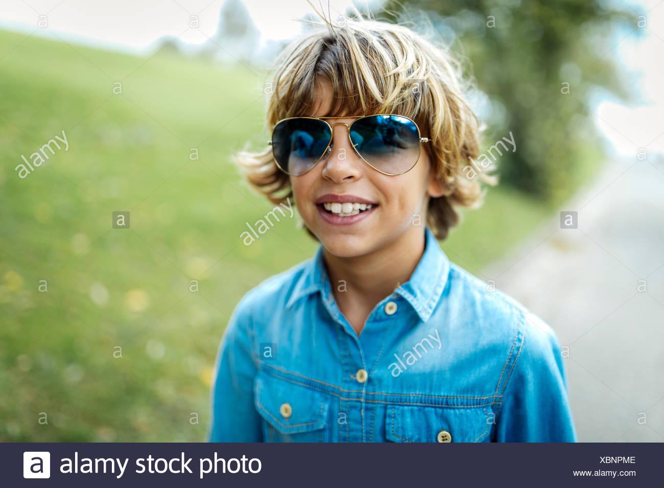Porträt der Blondschopf tragen farbige Sonnenbrillen und Jeanshemd Stockbild