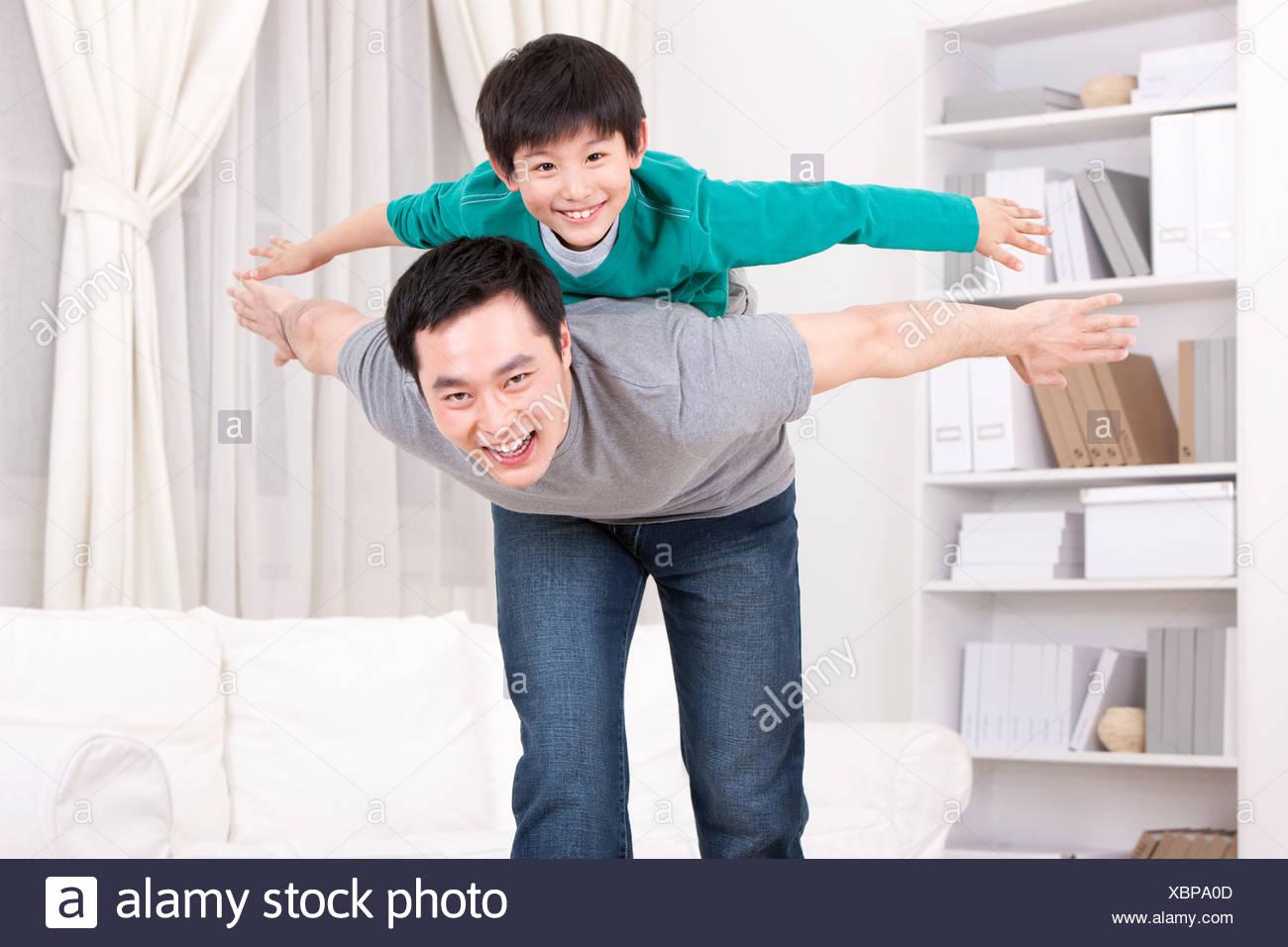 Vater mit Sohn spielen Stockbild