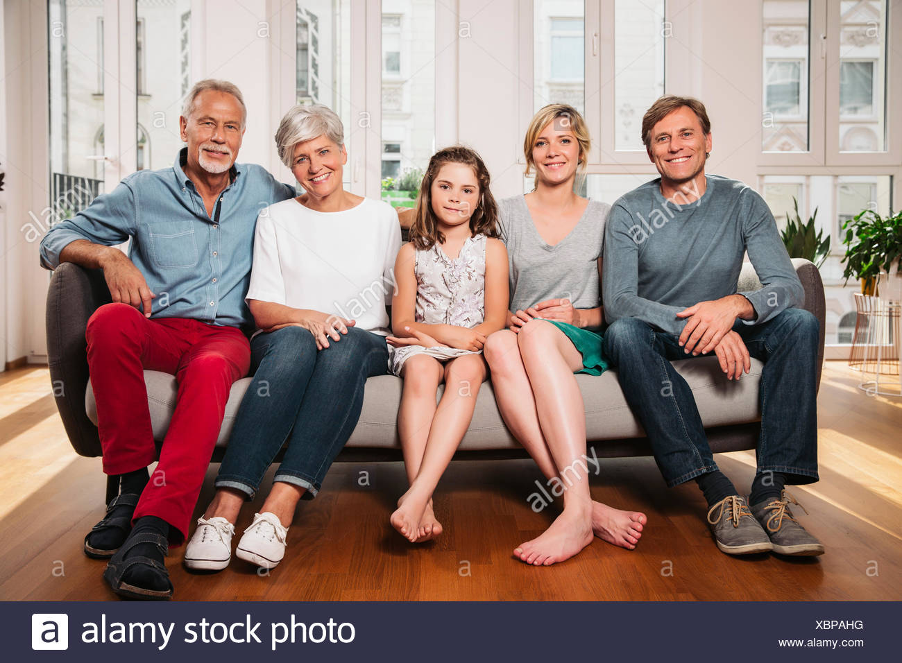 gruppenbild von drei generationen familie sitzt auf einer couch stockfoto bild 282618380 alamy. Black Bedroom Furniture Sets. Home Design Ideas