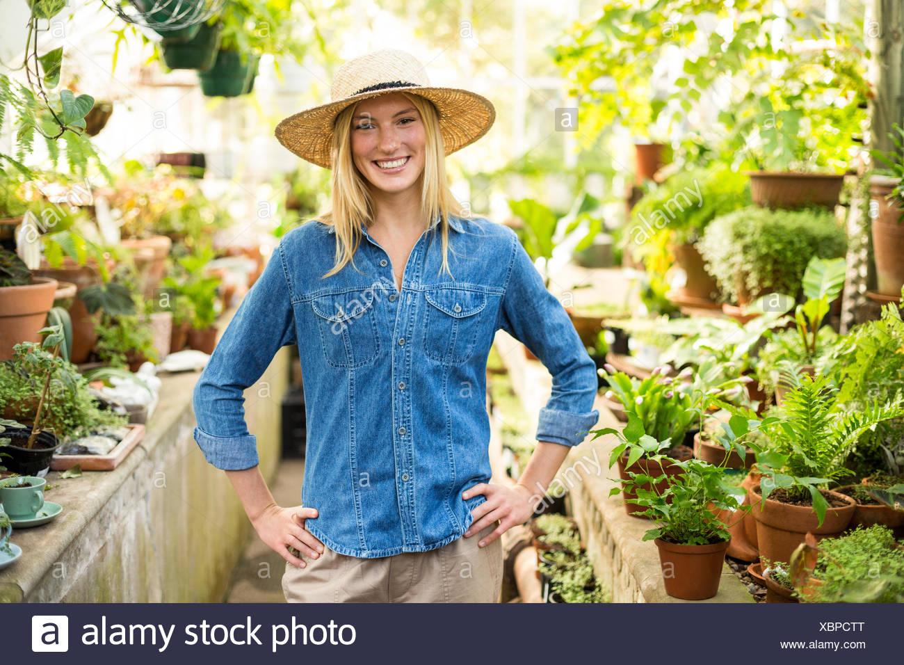 zuversichtlich weibliche Gärtner im Gewächshaus Stockfoto