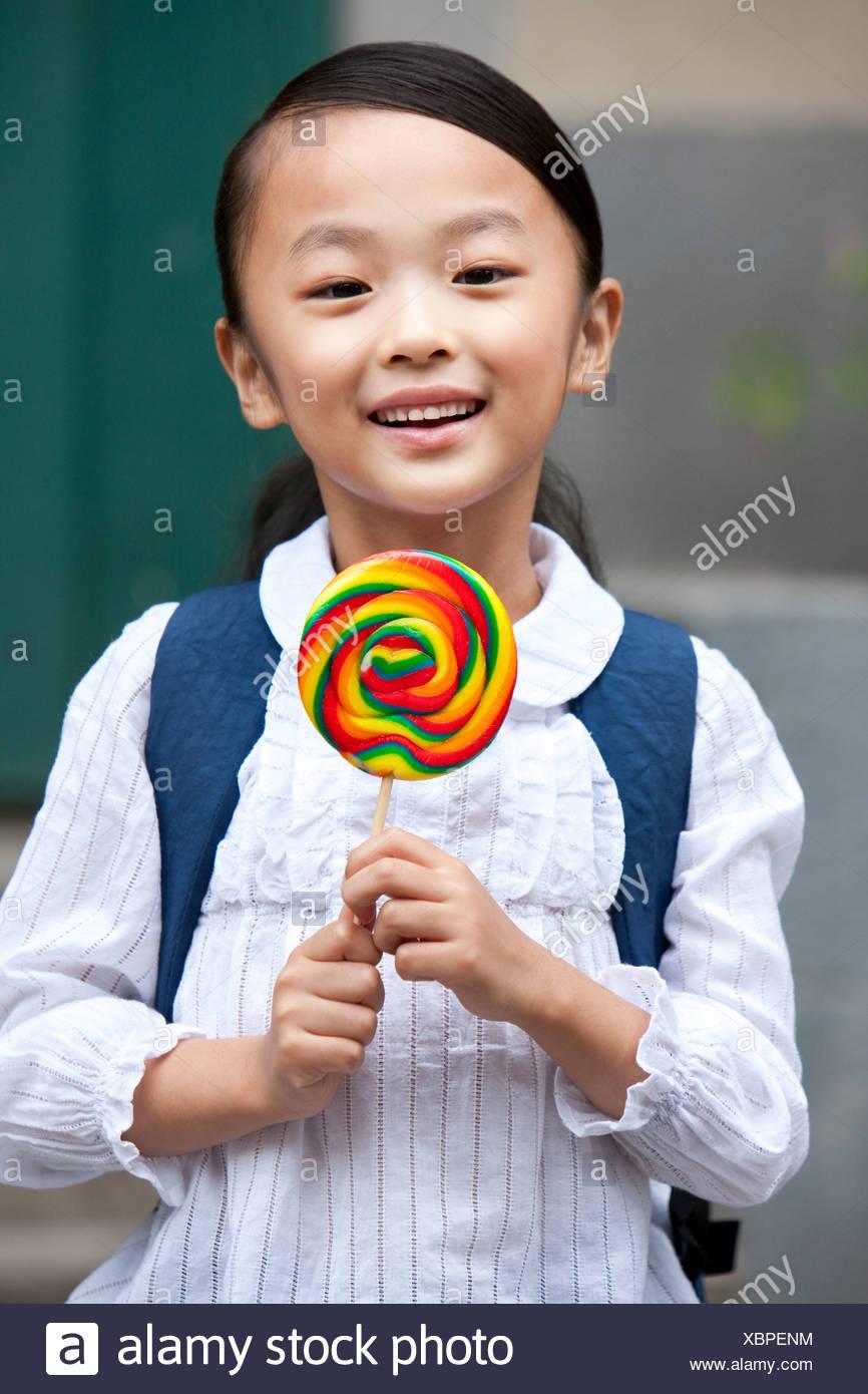 Ein fröhliches Mädchen mit einem Lutscher Stockbild