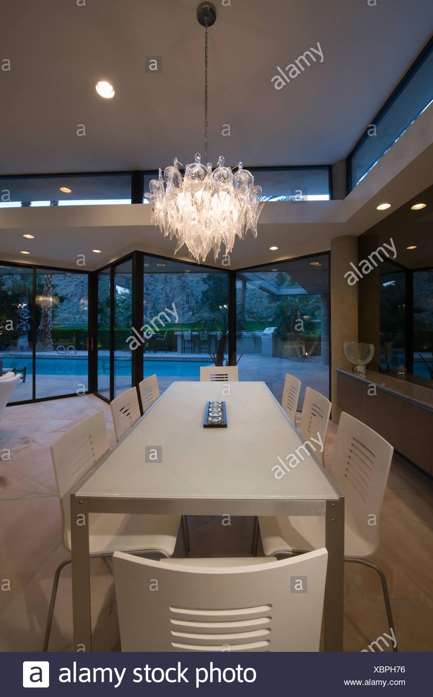 Foto Auf Glas Beleuchtet esstisch von palm springs nach hause mit glas kronleuchter