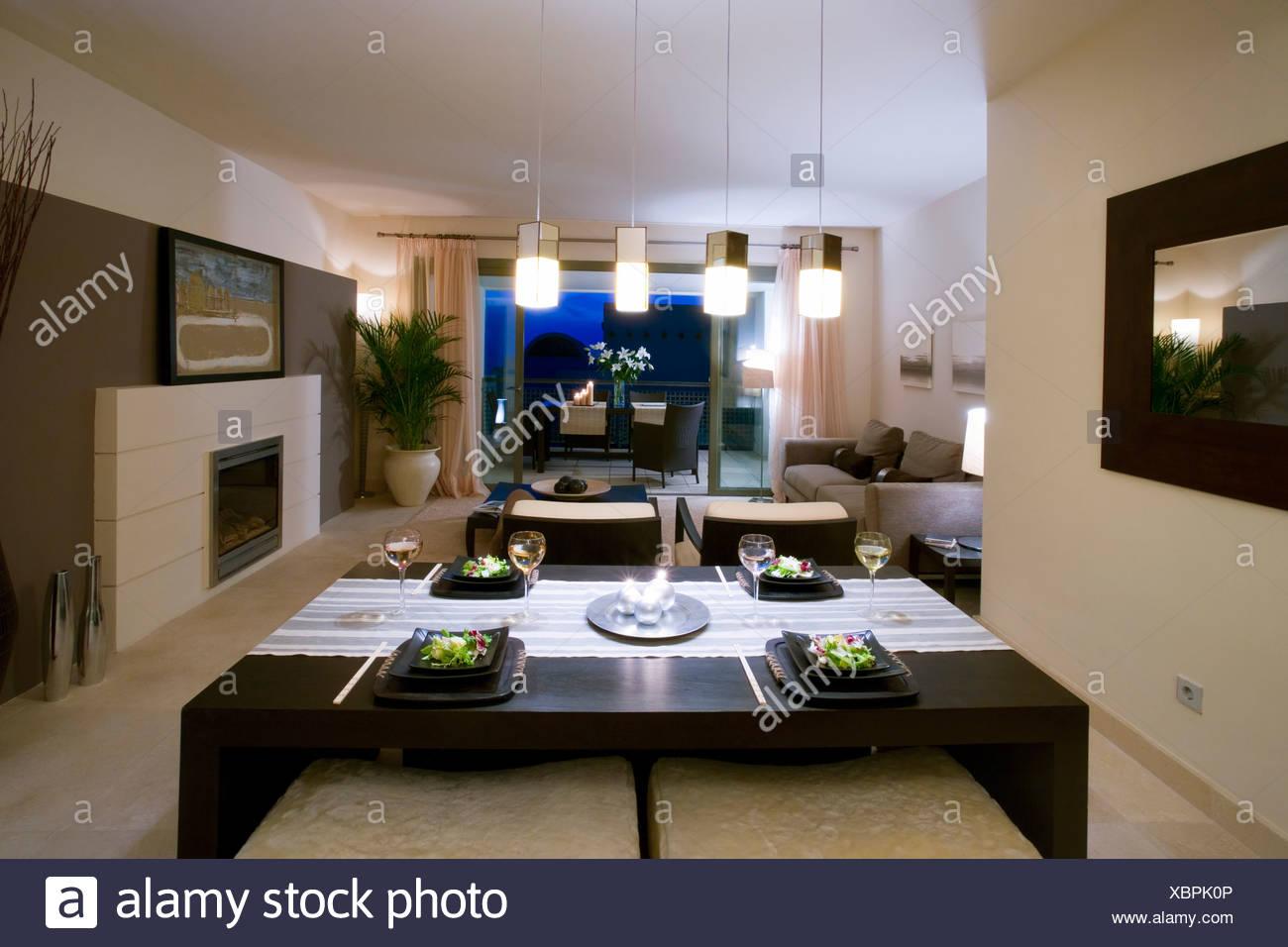 Offene Küche und Wohnzimmer im modernen spanischen Wohnung mit Kamin ...