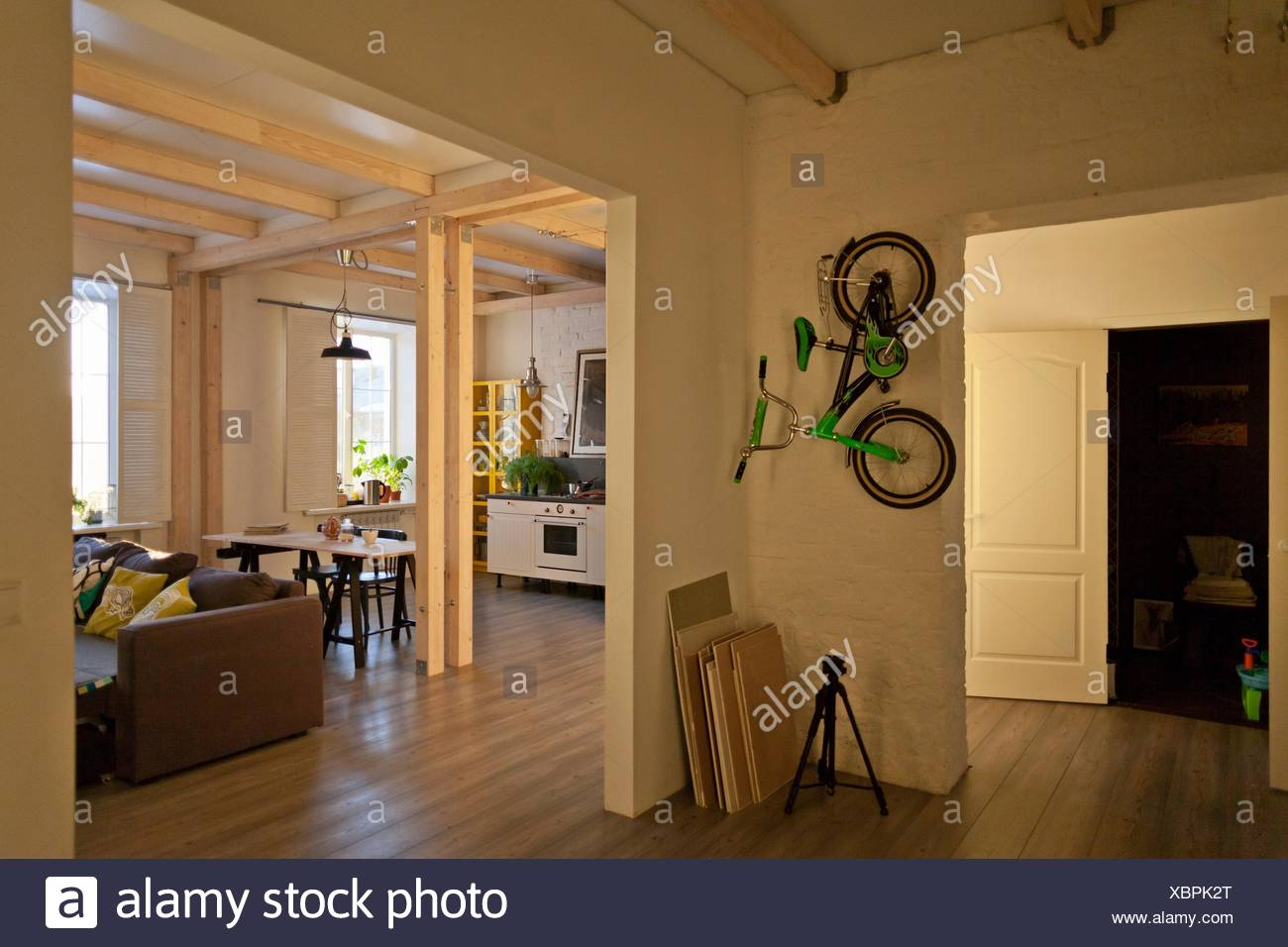 Ansicht der Abstellraum, Küche, Essecke, Couch und Fahrrad an Wand ...