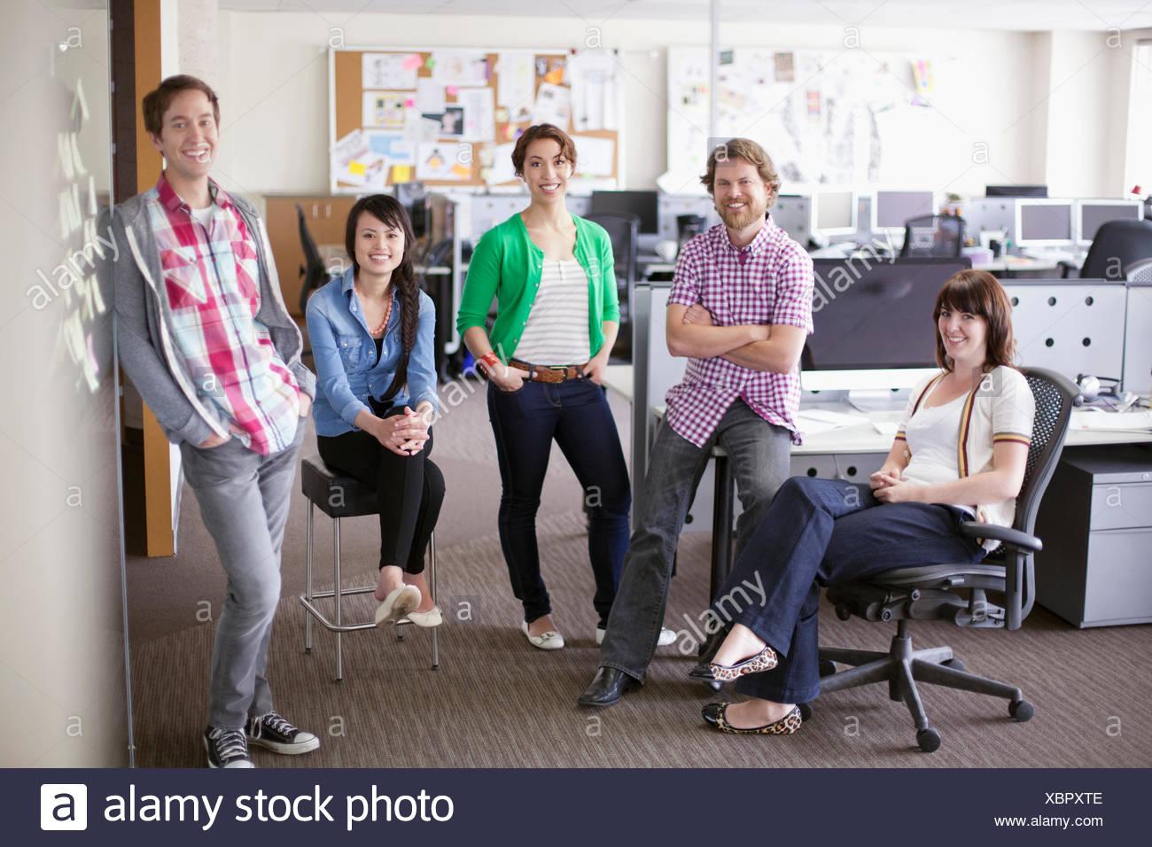 Porträt von trendigen, kreativen Team im Büro Stockbild