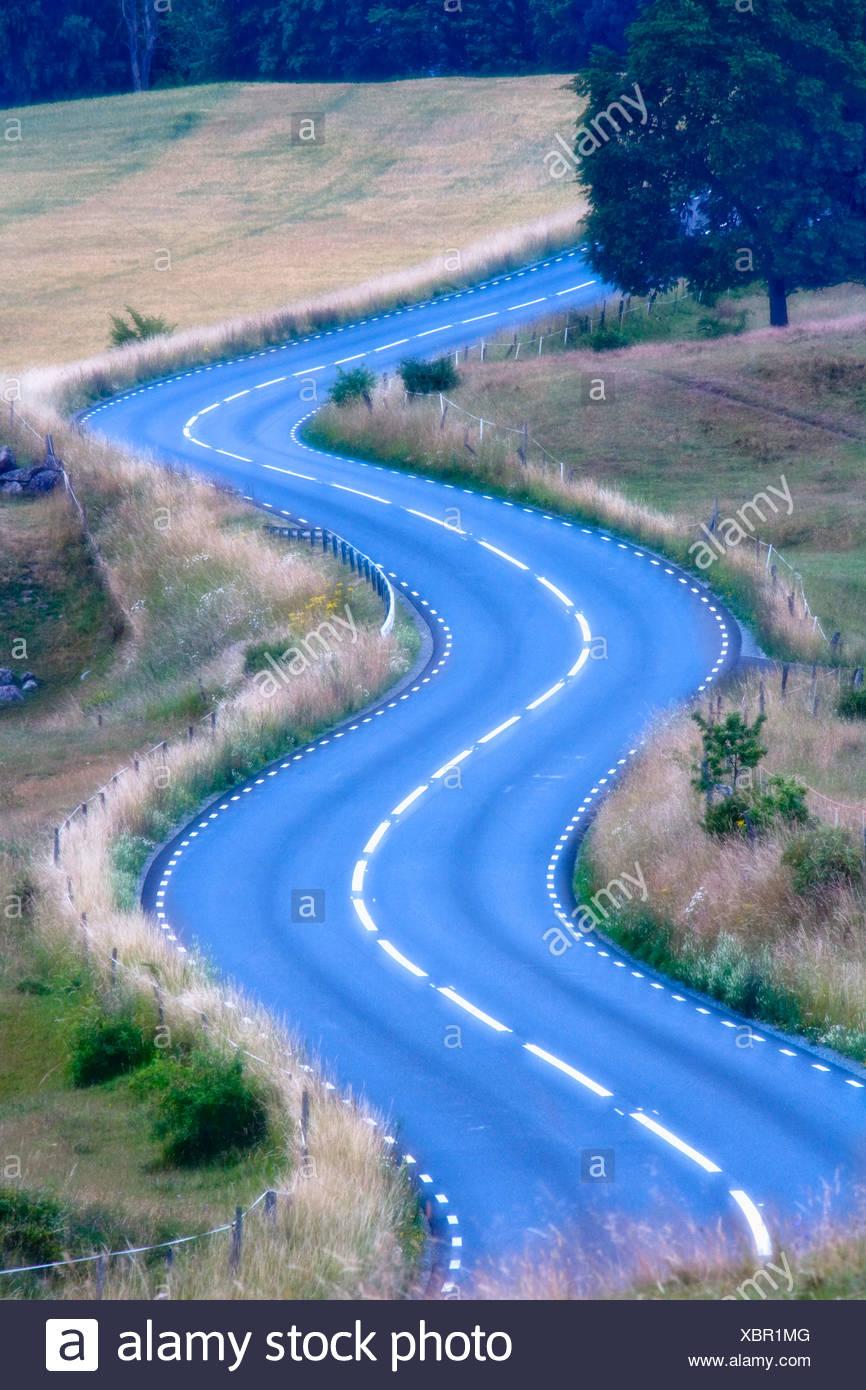 Schweden Skäne kurvenreiche Straße Asphalt Konzept Konzepte Country Road Land Straßen Landseite Kurve Kurven Tag tagsüber Stockbild