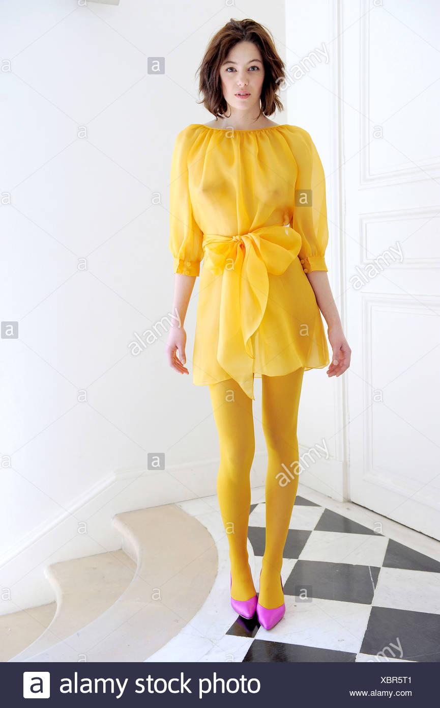 agnes b paris bereit, tragen herbst winter gelben kleid mit